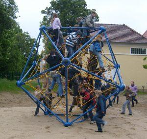 Tri-Poli_M_Blau-Gelb-mit_Kindern3